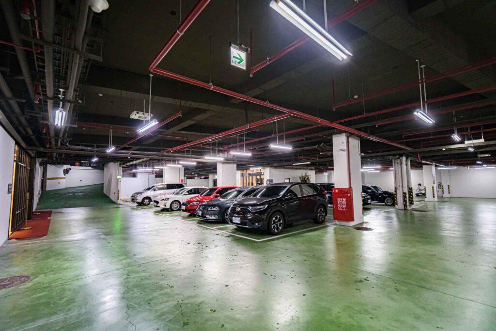 冠月精品旅館地下停車場